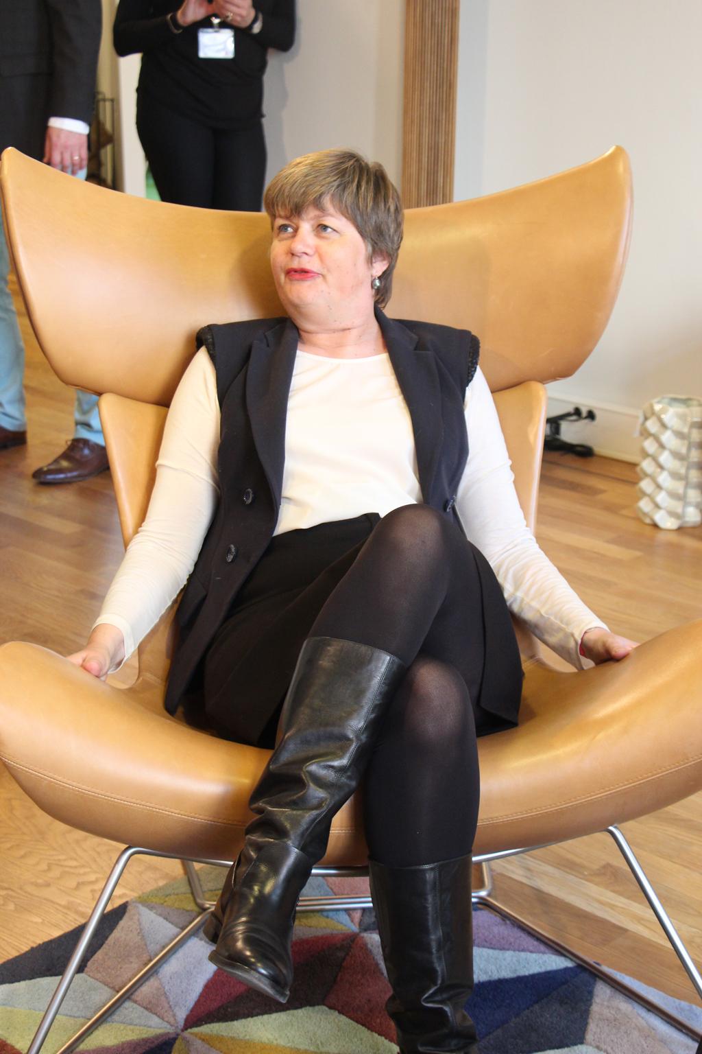 Madame L'ambassadeur du Danemark dans un fauteuil Bo Concept - Maison du Danemark (Stéphanie CAUMONT)