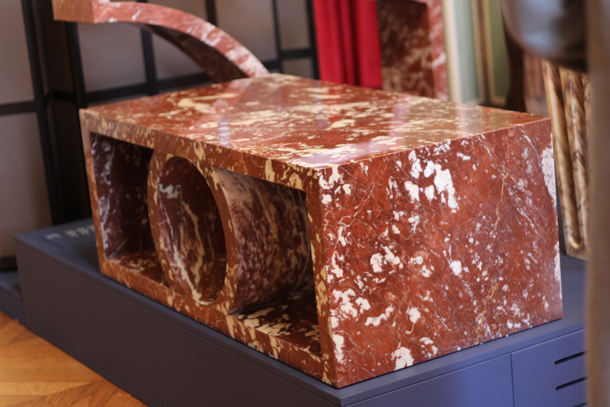 Table basse Palais de Pierre Gonalons pour la galerie Armel Soyer en marbre rouge de saint Pons